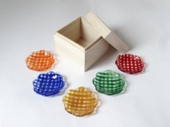 花の形とカラフルなギンガムチェックが魅力的なガラスの豆皿です。食卓の雰囲気が明るくなりそうですね。 桐の箱に入って届くので、ギフトにもおすすめの一品です。