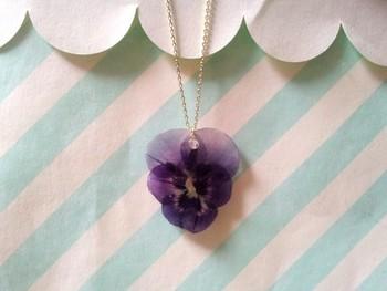 なんと、本物のお花を使ったペンダント。花びらの透明感が繊細さを際立たせます。