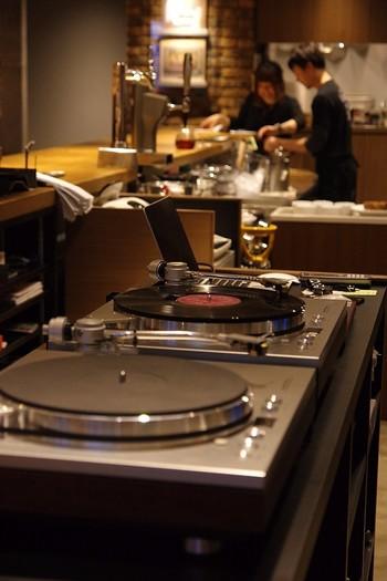 落ち着いた空間にアナログレコードが奏でるあたたかな音が流れます。