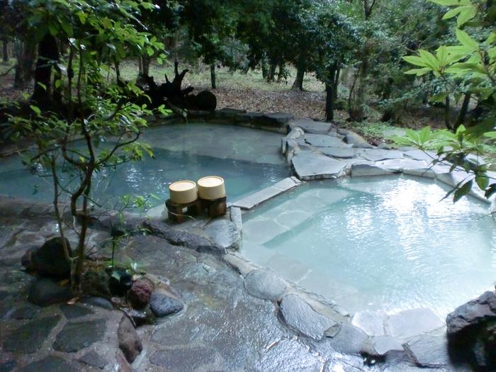 「旅行人山荘」には全部で7種類の温泉があり、そのうちの4種類は貸切で利用できます。中でも一番人気は、森と一体化したような開放感が魅力の「赤松の湯」。大浴場並みの大きな露天風呂を、宿泊客なら無料で利用できるんです。空いていればいつでも入れますが、事前に予約しておくと確実ですよ。