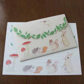 封筒の上にいるモモンガが指揮者になってハリネズミ、リス、うさぎたちが演奏会をしています。 ほのぼのした雰囲気。大人可愛いデザインですね。