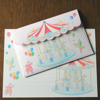 封筒の部分はメリー後ランドの上の部分が開いて手紙を出すデザイン。 どんなお祝い事にも使えるレターセットです。