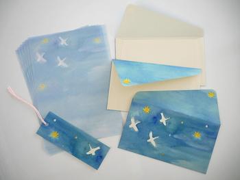 封筒は、ノスタルジックな雰囲気のある生成り色のナチュラルコットン紙を使用されています。 静かな夜に白鳥が舞う空。なんとも素敵な雰囲気。