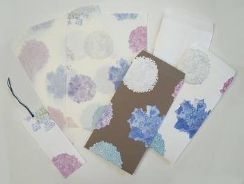 便箋は薄く柔らかな和紙を使用。封筒は切手に合わせて2色あり。 大人のしっくりしたとした華やかさが光るレターセットです。