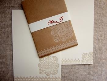 複雑なデザインもすべて手作りの消しゴム判子です。 封筒はL判写真を入れるのにちょうどよいサイズ。封筒も便せんも小ぶりで使いやすい大きさです。