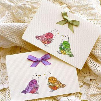 小鳥のつがい。羽の部分がお花になっており素敵なデザイン。 結婚式のお祝いなどのメッセージカードにいいですね。