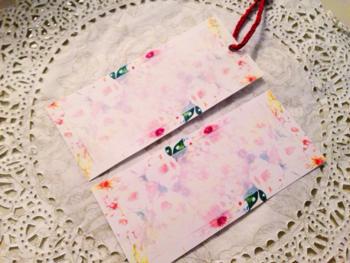 全面にカラフルなお花のイラストを、メッセージの書ける部分は、イラストが薄く透けていて優しい雰囲気に。 プレゼントに添えると華やかになりますね。