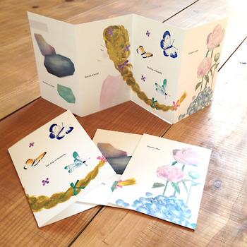 4枚つづりのカード。1毎ずつ使うのもよし、2枚ずつ使うのもよしなデザインが嬉しい。 ありそうでなかったデザインのポストカード。