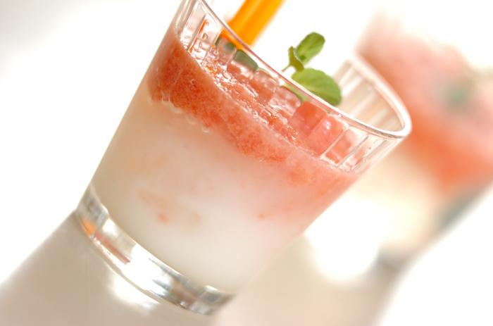 ■トマト・ショウチュウ  トマト&焼酎という意外な組み合わせに、カルピスを加えた驚きの一品! でも、実は、とっても相性がいいんです。白色とトマトのピンクもキュートですね。