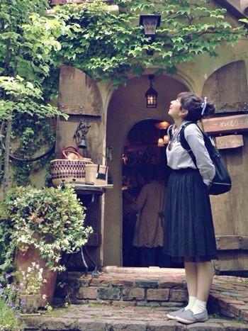 「リュック」だと、ボーイッシュになりがち。 でも、かわいらしいスカートと合わせると、とっても素敵なコーデが生まれます!