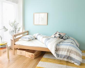 木製のベッドフレームの下には木箱を収めて。ナチュラル感がUPです。