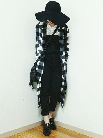 オーバーオールもロング羽織も、全身モノトーンで組み合わせればモードなスタイルに。