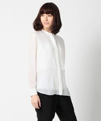 キリリとしたマニッシュコーデにもノーカラーシャツは最適。モードにモノトーンでまとめるとスタイリッシュな印象に仕上がります。