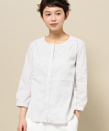 ナチュラル感たっぷりのノーカラーシャツは、おでかけにもぴったりのきちんと感抜群のピンストライプ柄を選ぶと、着こなしの幅が広がります。