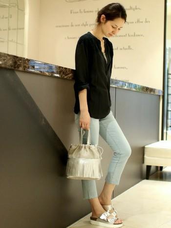 長袖×ブラックで端正なイメージのノーカラーシャツは、腕をさらりとまくってこなれ感を出すのがポイントです!