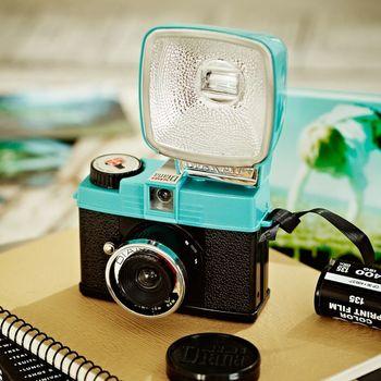 なんと人差し指に乗っちゃうコンパクトさと、レトロな見た目が人気!一般的な35mmフィルム使用可能のトイカメラです。