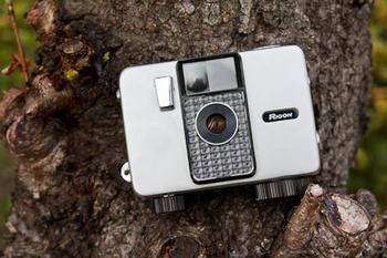 キュービックなシルバーボディがとってもキュートなハーフサイズカメラ。フィルムを巻き上げるゼンマイの音に、「写真を撮っている感」が感じられ、気持ちが盛り上がりますよ!