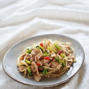 豚こまとモヤシを塩コショウで炒め、唐辛子でピリ辛さを加えたペペロンチーノ風の炒めもの。もやしのしゃきしゃき感を残すよう、手際よく調理しましょう。