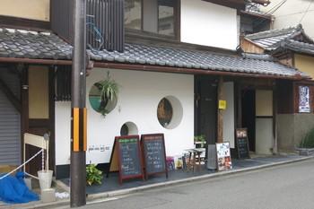 「PAGEONE(ページワン)」は、京都で最も古い老舗氷屋の「森田氷室本店」がプロデュースする、町屋のおしゃれなカフェ&ダイニングバーです。祇園という立地にありながらも誰もが気軽に楽しめる場所です。