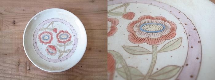カラフルなお花の絵が描いてあるお皿です。優しい赤とピンクが、楽しく明るい気持ちにしてくれます。 全て手描きのためで図柄は1点物。色をつけてから釉薬をかけているため、色あせたり色が剥がれ落ちてしまうことがありません。