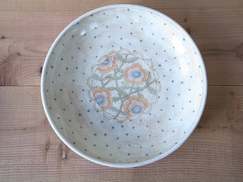 深めの花のお皿は、爽やかなブルーのドットが花の絵の周りを囲んでいます。落ち着いた雰囲気なので、パスタやサラダなど、様々なお料理を引き立ててくれます。
