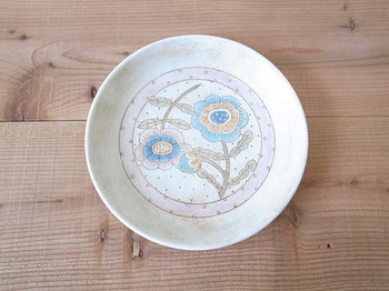 淡い色味が印象的な花皿です。爽やかなブルーを見ているとピュアな気持ちになります。パンやケーキなどをのせるだけで食卓が楽しくなりますね。