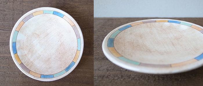 マルチカラーで縁取りがしてあるお皿です。豆皿としてはもちろん、ピアスやネックレスなどのアクセサリーを置いたりと様々に活躍してくれます。絵柄が美しいのでインテリアとしても素敵ですね。
