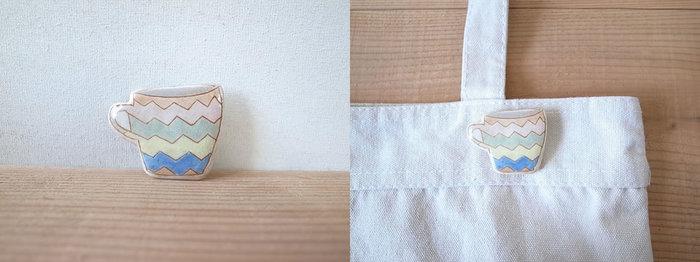 陶のカラフルなマグカップがブローチになりました。ジグザグのマルチカラーのストライプが、バッグや服のポイントに。爽やかで可愛らしい雰囲気が漂います。