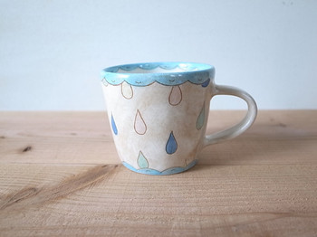 カラフルなしずくが描かれたマグカップは、しとしとぽたぽたと音が聞こえてきそうです。リズミカルな淡いしずくがとてもキュートな雰囲気です。