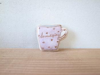 淡いピンクのマグカップブローチです。ホワイトや生成りと合わせると柔らかく女の子らしい雰囲気が作れます。
