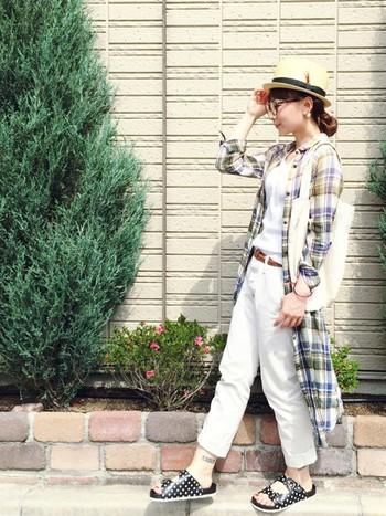 チェックシャツワンピースをロングジャケット風に羽織ってオシャレ度アップ!カンカン帽とスポサンでトレンドライクに仕上がっています。