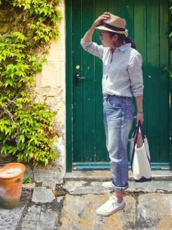 ピンストライプシャツ&ロールアップデニムのクールなナチュラルスタイルにコンパクトな中折れ帽がお似合いです♪
