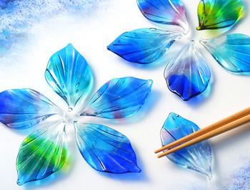 「一期一会の空の色」その時にしか見えない色をガラスの羽根に閉じ込めた箸置きです。 まるで花びらのように華やかで、存在感も十分です。