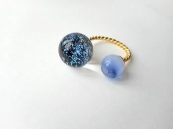 惑星のようなガラスのフォークリングは、指をぐるりと囲むユニークなデザイン。ボロシリケイトガラスと呼ばれる、耐熱・耐久ガラスで制作しています。小さな天体に吸い込まれてしまいそうです。