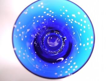 江戸切子に使われるガラス素材である被せガラスに、満天の星空と底部まわりにグルリと町並みが彫られているグラスです。飲むときには、街を上から眺めながら飲む感じになります。