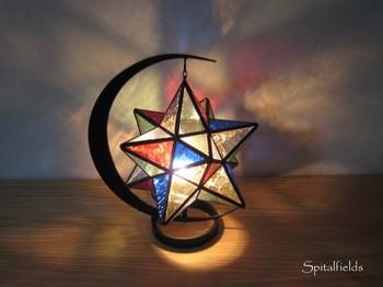 6色の色ガラスを使って表現した星型のランプです。灯すと壁や床に光が反射して、幻想的な空間を演出します。ランプベースは三日月形で、雰囲気にぴったりです。
