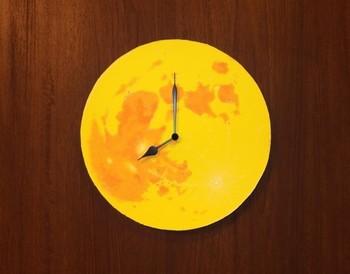 まんまるなお月様がお部屋にプカリと浮かび時をおしえてくれる掛け時計です。コルクにアクリル絵の具で描いたレモンイエローの満月に、コルクの質感は月のクレーターを思わせます。手描きのため、2つとはないあなただけの満月です。