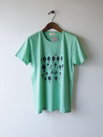 """""""秋葉小鹿"""" hickory03travelersの本拠地 新潟県の秋葉山に生息している小鹿をモチーフにした半袖Tシャツ。森の中でくつろいでいる小鹿の表情に、思わず微笑んでしまいます。"""