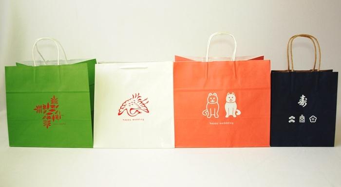 """""""オリジナル引き出物袋"""" hickory03travelersの紙袋は、ひとつひとつ手作業でシルクスクリーン印刷をしています。引き出物袋用に用意されたテンプレートから、好きな組み合わせでオリジナルの引き出物袋が作れるんです。"""