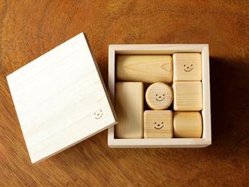"""""""ヒノキの笑顔積み木"""" ニコニコ、家族みんなで楽しく遊べそうな、かわいい積み木のセット。新潟にある仏壇屋「阿部仏壇製作所」のブランド「KOUGI」とのコラボレーションによって産まれました。"""