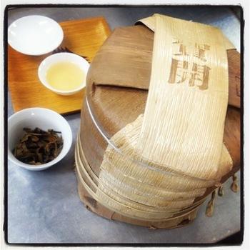 こちらは中国雲南省で仕入れたプーアール茶。 樹齢200年~1000年にもなる大木に登り新芽を摘み、集めたものを乾かして麹で発行させた高級茶です。