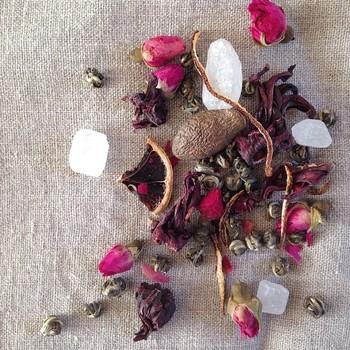 かぜに負けない茶は、ジャスミン茶珍珠王・ハイビスカス・ローズ・自家製完熟オーガニックカボス陳皮・自家製オーガニックレモン・ハイビスカス・ローズ・胖天海がブレンドされています。 薬膳ブレンドも全てサウスアベニューのオリジナルブレンドです。