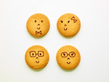 """""""組み合わせが選べるミニサブレ"""" 新潟市亀田駅にある美味しいケーキ屋さんと作った、キュートな笑顔のサブレ2枚とポストカードのセット。こんなギフトなら、ゲストに気持ちが伝わるはずです。"""
