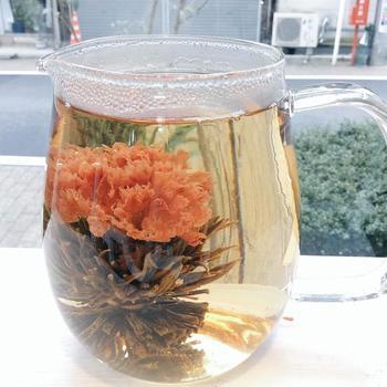 グラスの中で綺麗な花を咲かせます。 こちらはカーネーションです。 見て、飲んで楽しいお茶ですね。