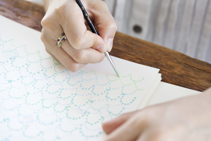 夏に向けてのイラストを描いている真っ最中。こちらは波模様をイメージしているのだとか。よくよく見ると色鉛筆と絵の具を組み合わせて描かれています