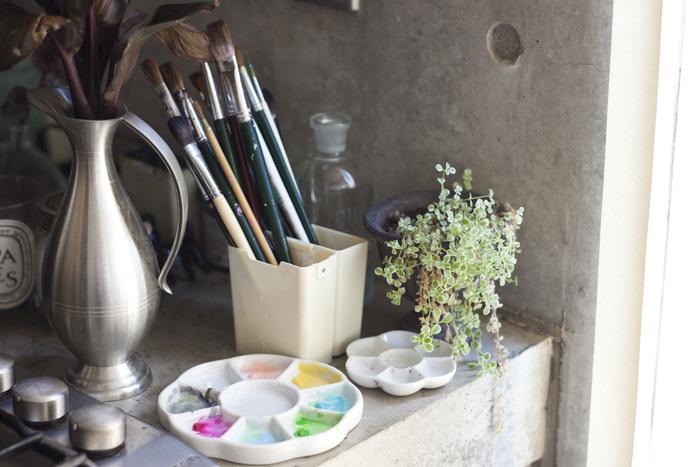 キッチンの片隅にさりげなく置かれた絵筆とパレット。絵を描くことが暮らしの中に溶け込んでいるのがわかります