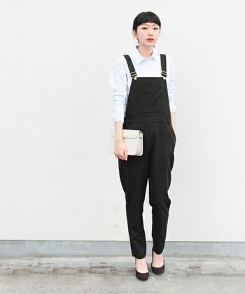 黒のオーバーオールに白シャツを合わせれば、ちょっとシックなスタイルに。