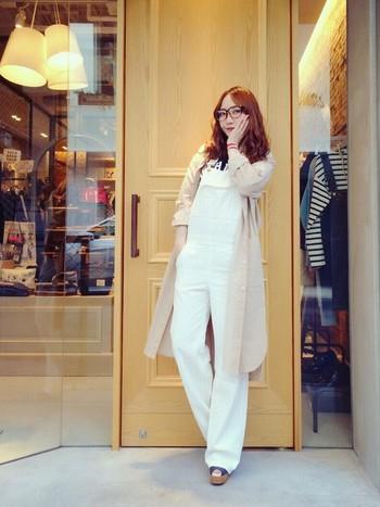 白×ベージュシャツでナチュラルなスタイル。