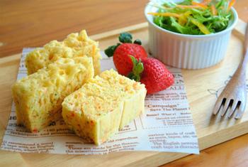 レンジで簡単にできちゃう野菜蒸しパン。付け合せにサラダやフルーツを添えれば、まるでカフェのモーニングメニューのよう。