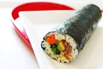 韓国のりを使った代表的な韓国料理「キンパ」。日本の一般的なのり巻きと違うところは、やはり、韓国のりを使用しているところ!のりが違うだけで、味わいがだいぶ変わってきますよ♪